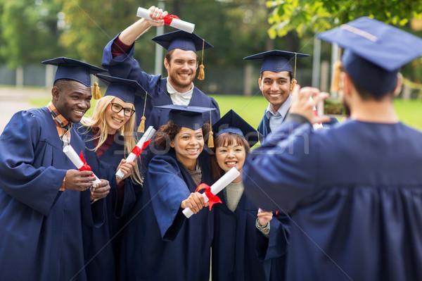 Stock fotó: Diákok · agglegények · fényképezés · okostelefon · oktatás · érettségi