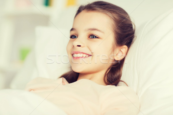 Feliz sorridente menina desperto cama casa Foto stock © dolgachov