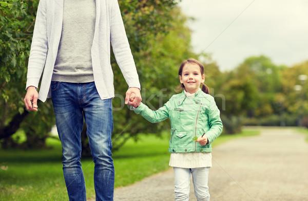 Vater kleines Mädchen Fuß Park Familie Stock foto © dolgachov