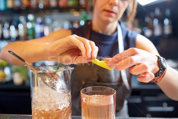 Barmen cam kokteyl limon bar alkol Stok fotoğraf © dolgachov