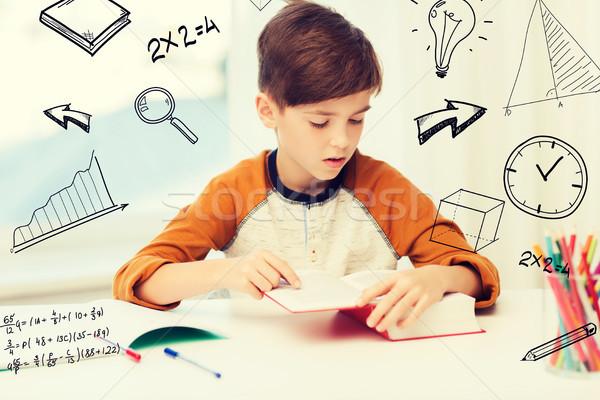 Estudiante nino lectura libro libro de texto casa Foto stock © dolgachov