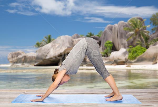 Vrouw yoga hond pose strand fitness Stockfoto © dolgachov