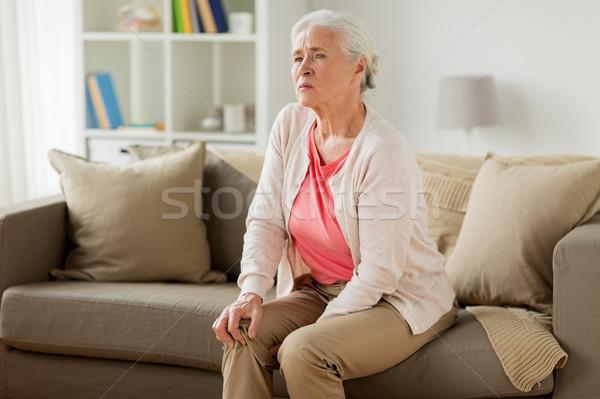 Altos mujer sufrimiento dolor pierna casa Foto stock © dolgachov