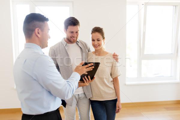 Para pośrednik w sprzedaży nieruchomości nowy dom hipoteka ludzi Zdjęcia stock © dolgachov