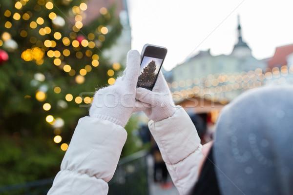 Handen smartphone kerstboom vakantie technologie Stockfoto © dolgachov
