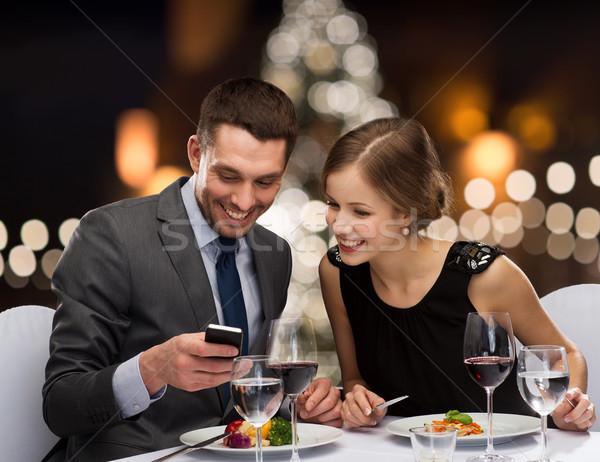Sorridente casal alimentação restaurante pessoas Foto stock © dolgachov