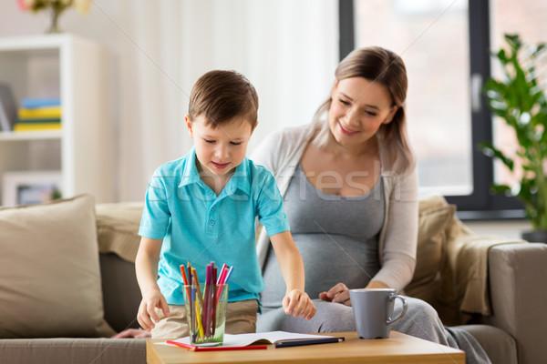 Incinta madre figlio cartella di lavoro home famiglia Foto d'archivio © dolgachov