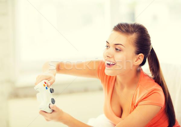 Vrouw bedieningshendel spelen video games foto gelukkig Stockfoto © dolgachov