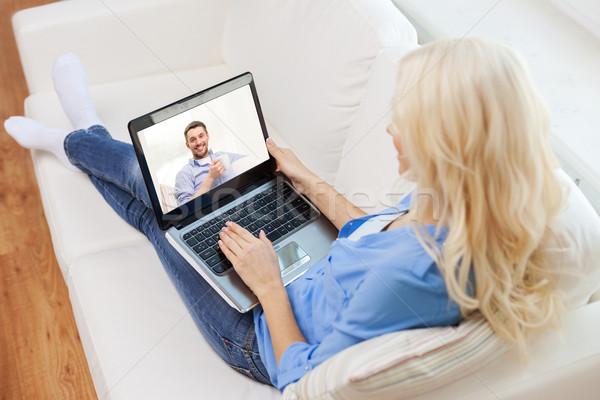 Stok fotoğraf: Gülümseyen · kadın · dizüstü · bilgisayar · ev · teknoloji · iletişim · insanlar