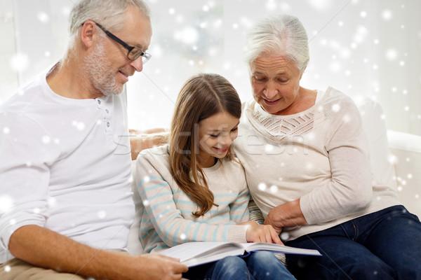 Photo stock: Souriant · famille · livre · maison · génération · éducation