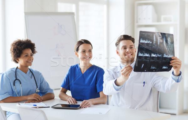 Gruppo felice medici Xray immagine Foto d'archivio © dolgachov