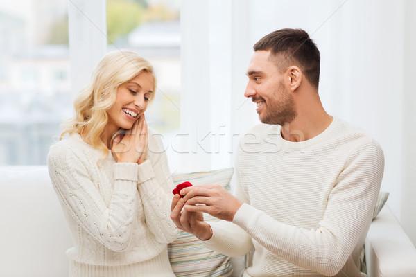 Felice uomo anello di fidanzamento donna home amore Foto d'archivio © dolgachov