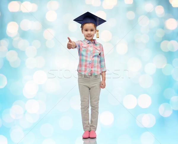 Boldog lány agglegény kalap mutat remek gyermekkor Stock fotó © dolgachov
