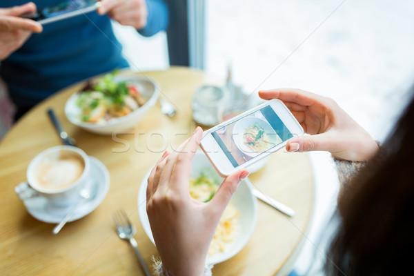 Közelkép pár étel okostelefon emberek technológia Stock fotó © dolgachov