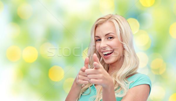 Foto stock: Feliz · mulher · jovem · indicação · dedo · gesto · verão
