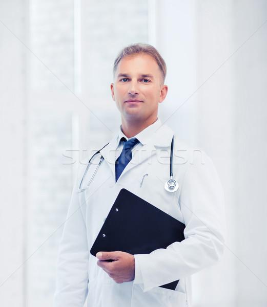 Mężczyzna lekarz stetoskop zauważa opieki zdrowotnej medycznych schowek Zdjęcia stock © dolgachov