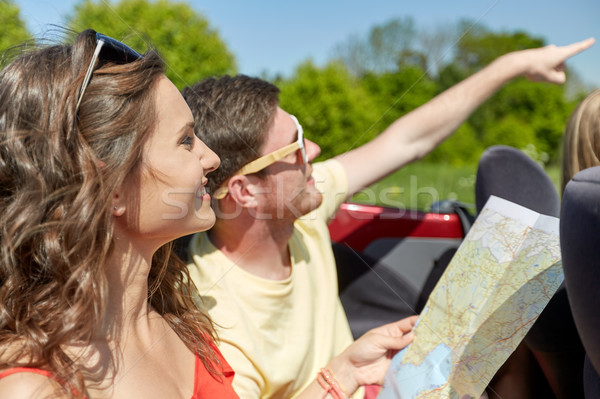 Mutlu arkadaşlar harita sürücü kabriyole araba Stok fotoğraf © dolgachov