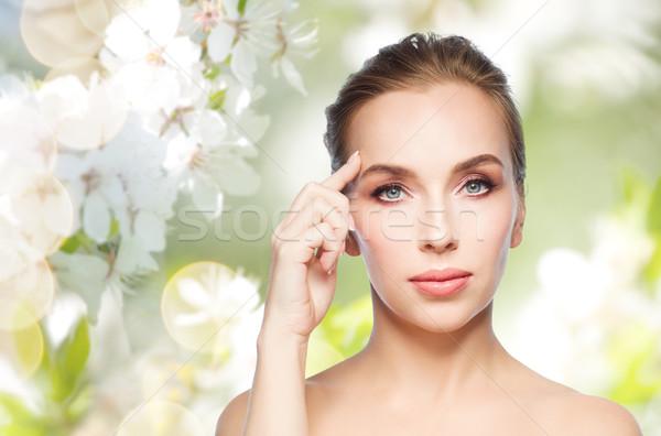 Mooie jonge vrouw tonen voorhoofd schoonheid mensen Stockfoto © dolgachov