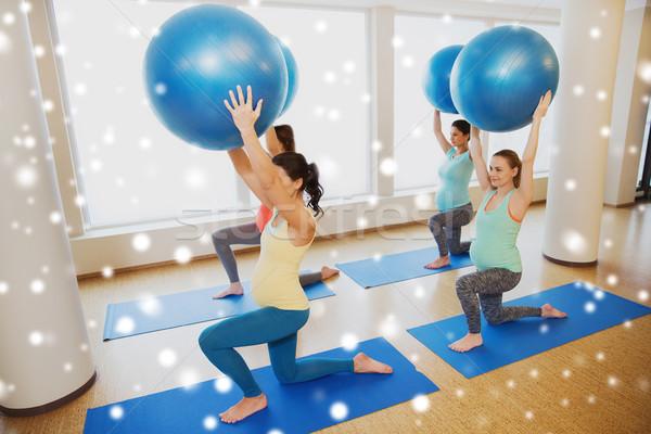 Szczęśliwy ciąży kobiet wykonywania siłowni Zdjęcia stock © dolgachov