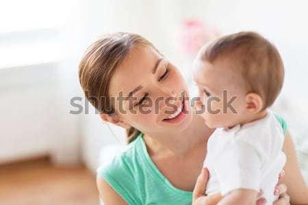Szczęśliwy młodych matka całując mały baby Zdjęcia stock © dolgachov