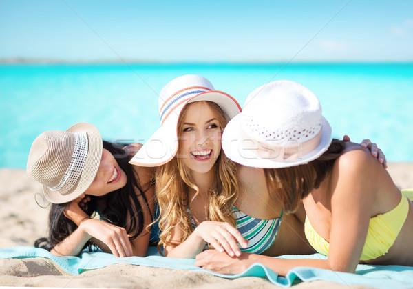 Groep gelukkig vrouwen hoeden zonnebaden strand Stockfoto © dolgachov