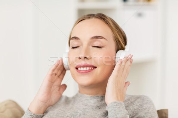 Nő fejhallgató zenét hallgat otthon szabadidő technológia Stock fotó ©  dolgachov ac7ade6174