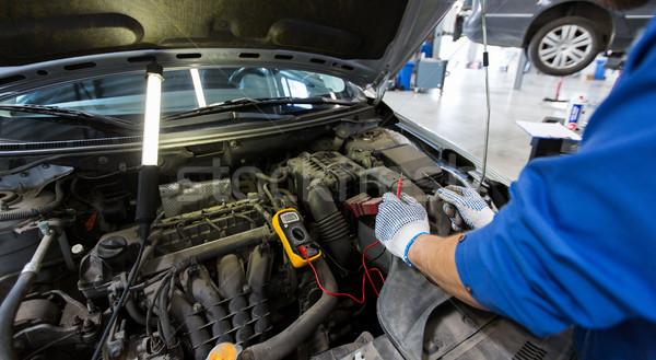 Meccanico auto uomo test batteria auto servizio Foto d'archivio © dolgachov