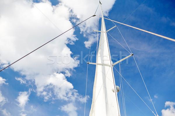 Biały żagiel łodzi Błękitne niebo podróży żeglarstwo Zdjęcia stock © dolgachov