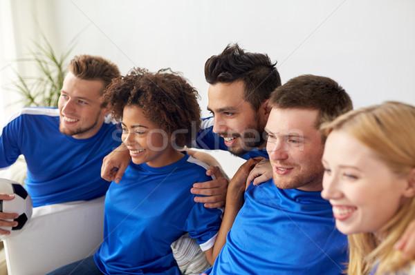 Amis football fans regarder football maison Photo stock © dolgachov
