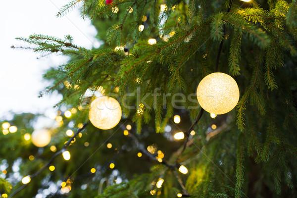 Kerstboom guirlande buitenshuis vakantie decoratie Stockfoto © dolgachov