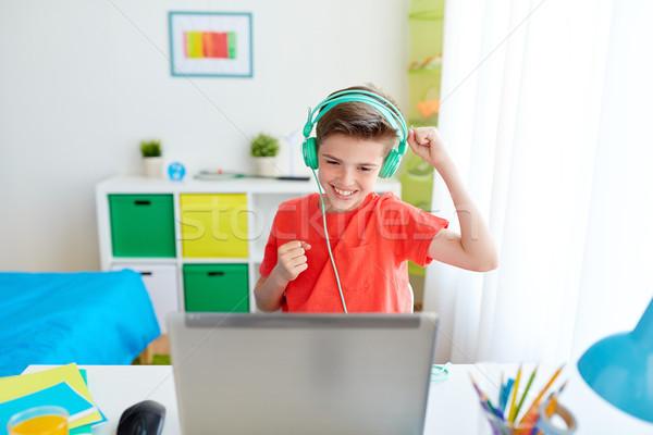 Garçon casque jouer jeu vidéo portable technologie Photo stock © dolgachov