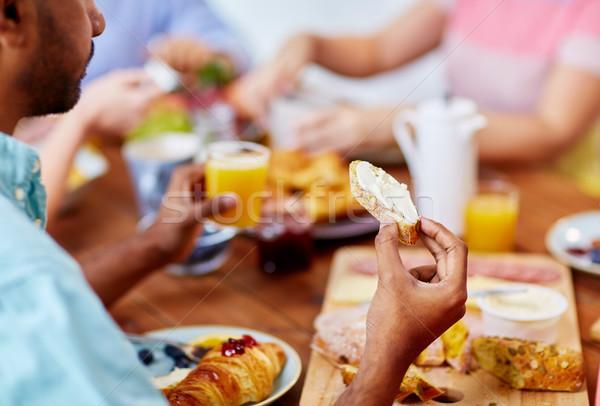 Zdjęcia stock: Człowiek · jedzenie · toast · krem · ser
