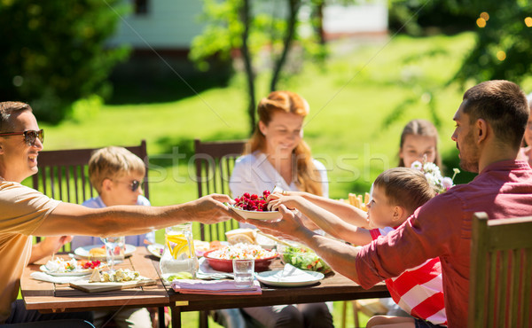 Gelukkig gezin diner zomer tuinfeest recreatie vakantie Stockfoto © dolgachov