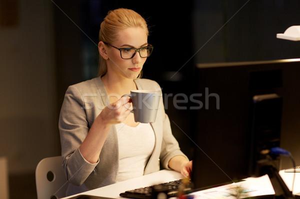 Empresária noite escritório potável café negócio Foto stock © dolgachov