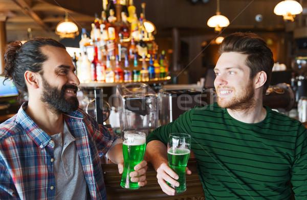 Mężczyzna znajomych pitnej zielone piwa bar Zdjęcia stock © dolgachov