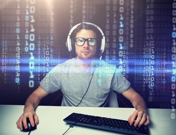 Hombre auricular piratería ordenador programación tecnología Foto stock © dolgachov
