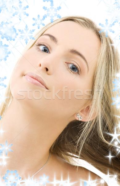 Portret gelukkig vrouw sneeuwvlokken haren schoonheid Stockfoto © dolgachov