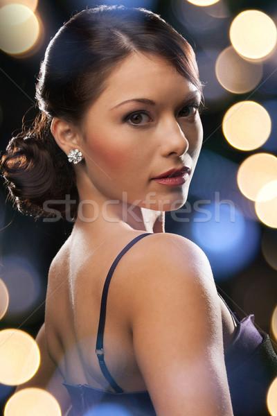 Mujer vestido de noche diamantes pendientes lujo Foto stock © dolgachov