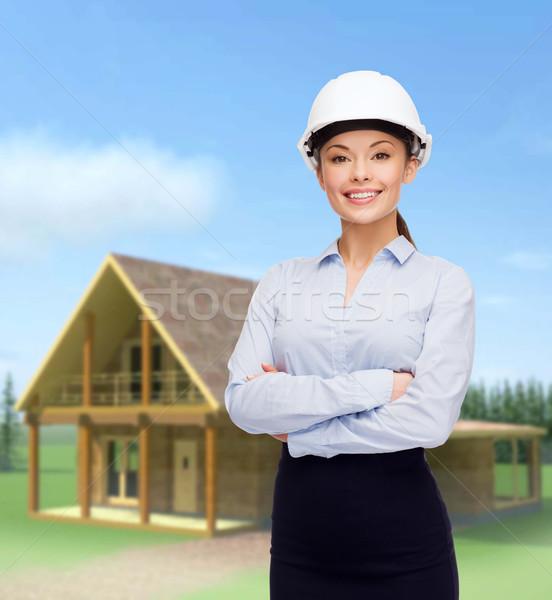 Photo stock: Accueillant · souriant · femme · d'affaires · blanche · casque · bâtiment