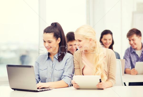 Stok fotoğraf: Öğrenciler · dizüstü · bilgisayar · eğitim · teknoloji