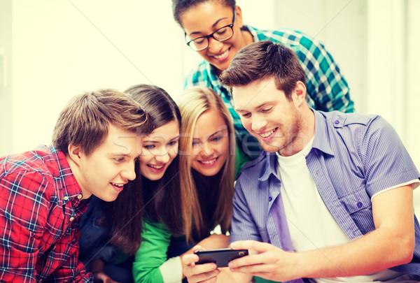 Studentów patrząc smartphone szkoły edukacji technologii Zdjęcia stock © dolgachov