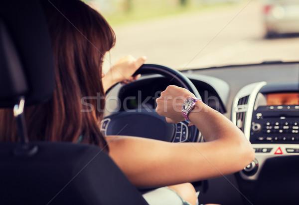 Vrouw rijden auto naar horloge vervoer Stockfoto © dolgachov