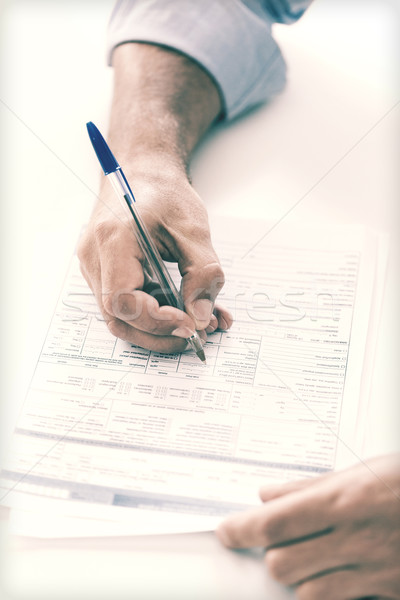 Homme signature contrat affaires impôt bureau Photo stock © dolgachov