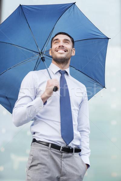 Jonge glimlachend zakenman paraplu buitenshuis business Stockfoto © dolgachov