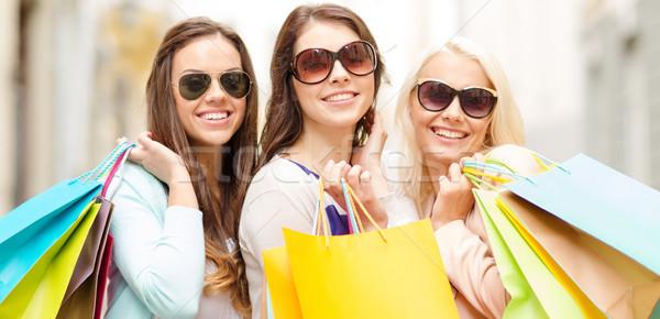 Drie glimlachend meisjes stad winkelen Stockfoto © dolgachov