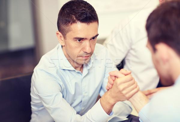 Biznesmenów armwrestling biuro ludzi biznesu kryzys konfrontacja Zdjęcia stock © dolgachov