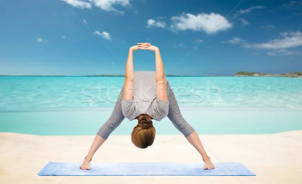 Donna yoga inoltrare spiaggia Foto d'archivio © dolgachov