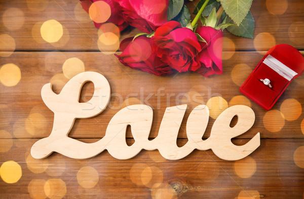 Anello di diamanti rose rosse parola amore proposta Foto d'archivio © dolgachov