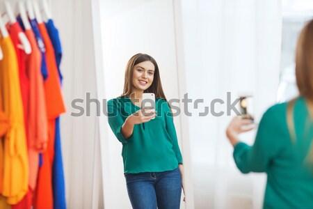 Boldog nő választ ruházat otthon ruhásszekrény Stock fotó © dolgachov
