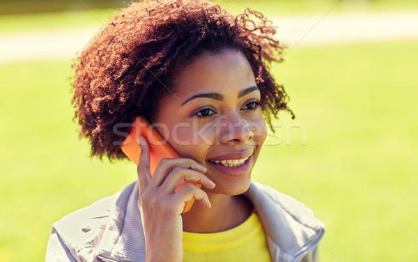 Feliz África mujer llamando aire libre Foto stock © dolgachov